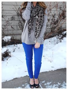 How to style cobalt blue skinny jeans for the winter months! Pair bright pieces with Neutral pieces, like a gray sweater & leopard print scarf. Cobalt Blue Pants, Bright Blue Pants, Royal Blue Jeans, Blue Jean Dress, Outfits Blue Jeans, Blue Pants Outfit, Casual Outfits, Cute Outfits, Fashion Outfits