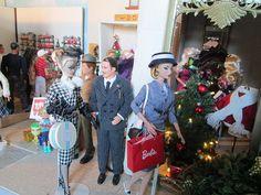 shoppers at Christmas Barbie Skipper, Barbie Toys, Barbie Life, Barbie Stuff, Barbie And Ken, Barbie Clothes, Doll Toys, Christmas Barbie, Christmas Fashion