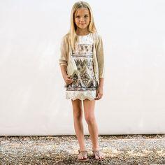 mode-enfant-petite-fille-Illudia-robe-dentelle-motifs-chandail-tricoté