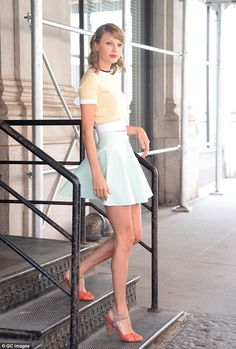 March 2016 This pin shows how style icon and pop singer Taylor Swift influenced the retro style by wearing silohuettes. This outfit is one of many that became synonymous with the celebrities style, and would eventually be seen in her music tours. Estilo Taylor Swift, Taylor Swift Outfits, Long Live Taylor Swift, Taylor Swift Style, Taylor Swift Pictures, Taylor Alison Swift, Vintage Inspired Outfits, Vintage Outfits, 50s Inspired Fashion