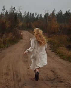 Princess Aesthetic, Gloomy Day, Anne Of Green Gables, Photoshoot Inspiration, Portrait, Ethereal, Retro, Fantasy, Vintage