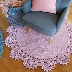 Modelos De Tapete De Tricô, carpet making # knittinghandmade models . Crochet Rug Patterns, Crochet Designs, Crochet Doilies, Crochet Stitches, Knitting Patterns, Crochet Baby, Knit Crochet, Knit Rug, Crochet Carpet