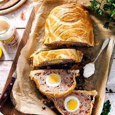 Pieczeń z białej kiełbasy z jajkiem w cieście to pomysł na pyszne danie wielkanocnego obiadu. Niecodzienna forma z pewnością spodoba się Twoim gościom. Spanakopita, Sandwiches, Turkey, Favorite Recipes, Meat, Ethnic Recipes, Food, Turkey Country, Essen
