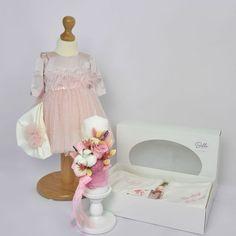 Setul complet pentru botez Baby Pink este una dintre propunerile noastre de pachet complet cu toate cele necesare pentru crestinarea micutei dumneavoastra. Este compus din:  Rochita pentru botez Pink Julia  cu maneca lunga (+ turban), se inchide cu fermoar la spate si este dublata la interior cu bumbac moale. Trusou Botez Ingeras, alcatuit din 7 piese, ambalate in cutie cu capac cu fereastra transparenta Lumanare de botez flori nemuritoare Baby Pink , inaltime 25 cm Girls Dresses, Flower Girl Dresses, Nasa, Tulle, Wedding Dresses, Skirts, Flowers, Fashion, Bridal Dresses
