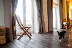 Тяжелые портьеры в интерьере кухни-гостиной позволяют закрыть оконные проёмы от солнечных лучей, при необходимости