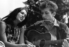 Folk singers Joan Baez and Bob Dylan perform during a civil rights rally on August 28, 1963 in Washington D.C.