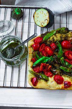 Focaccia integrale con verdure e pesto