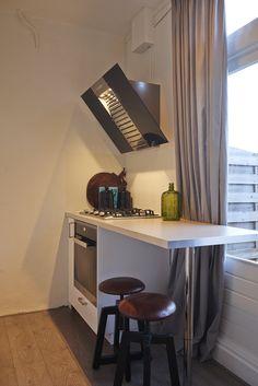Schuine afzuigkap voor meer ruimte in de keuken. Gezien bij RTL Woonmagazine.