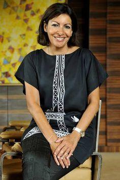 Anne Hidalgo w sukience-tunice z Wieżą Eiffela