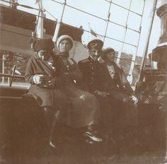Grand Duchesses Anastasia Nikolaevna, Olga Nikolaevna, o officer Pavel Voronov e a Grand Duchess Tatiana Nikolaevna a bordo do Imperial Yacht Standart estacionado em Sevastopol no seu último dia em 17 de Dezembro de 1913.