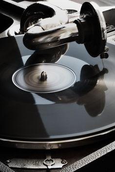 La voz del Señor lanza llamas de fuego; la voz del Señor hace temblar el desierto, el Señor hace temblar el desierto de Cades. spin the music on that old black record player