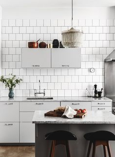 The tiles cover the entire kitchen wall, which also looks great. Beautiful living kitchen - via Coco Lapine Design New Kitchen, Kitchen Dining, Kitchen Decor, Dining Room, Stylish Kitchen, Kitchen Ideas, Sweet Home, Cocinas Kitchen, Decoration Inspiration