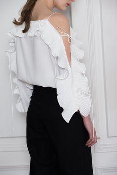 Blouses for women – Lady Dress Designs Blouse Styles, Blouse Designs, Sleeves Designs For Dresses, Vetement Fashion, Fashion Details, Fashion Design, Couture, Blouses For Women, Korean Fashion