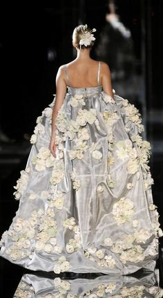 sneakers and pearls, runway, dolce and gabbana, haute couture, trending now. Style Couture, Couture Fashion, Runway Fashion, Fashion Details, Look Fashion, High Fashion, Fashion Design, Floral Fashion, Beautiful Gowns