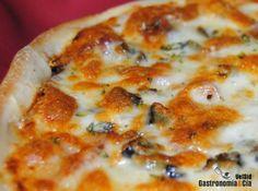 [photopress:pizza_jamon_berenjena4.jpg,full,centro] Son muchos los viernes en los que preparamos pizza para cenar, pero hoy no cenamos en casa, así que preparamos la masa de pizza esta mañana, después de desayunar, para disfrutar de nuestra pizza (casi) semanal en la comida de hoy. La Pizza de jamón ibérico y berenjena ha sido plato único, salvo un aperitivo que hemos preparado mientras se horneaban las pizzas, y que os mostraremos a continuación. La Pizza de jamón ibérico y berenjena, como…