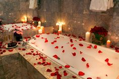 Trendy Ideas for bath romantic rose petals This time we will have the theme valentines day romantic bathroom. Because it will soon commemorate a loving day, valentines day. Romantic Bathrooms, Romantic Room, Romantic Night, Romantic Ideas, Romantic Bathtubs, Red Rose Petals, Red Roses, Romantic Surprise, Bath Candles