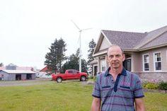 (Québec) Construire une éolienne de 60 pieds de haut sur sa terre agricole est le pari qu'a pris Denis Carrier de Saint-Anselme, dans Bellechasse, pour retrancher à sa facture d'électricité plusieurs milliers de dollars par an, le premier à le faire dans la grande région de Québec. Coups, Saint, Button Down Shirt, Men Casual, Mens Tops, Agricultural Land, Environment, Dress Shirt