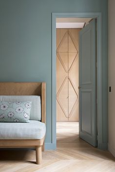 Celadon grüne Dekoration: Tipps und Inspiration - Clem Around The Corner Apartment Door, Apartment Projects, Soothing Colors, Calming, Deco Design, Bedroom Colors, Wall Colors, Color Walls, Green Walls