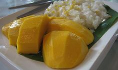 Klebreis mit Kokosmilch und Mango (Khao Niao Mamuang) - {{Information |Description=Thai mango with glutinous rice. |Source=self-made |Date=June 2007 |Author= Terence Ong }}  - http://en.wikipedia.org/wiki/File:Mango_with_glutinous_rice_.jpg - http://commons.wikimedia.org/wiki/User:Terence_Ong