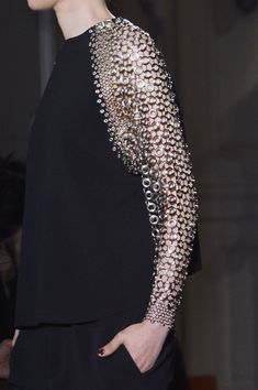 Anthony Vaccarello at Paris Fashion Week Fall 2013 Top with chunky chainmail sleeve detail // Anthony Vaccarello Fall 2013 Estilo Fashion, Look Fashion, Fashion Details, Fashion Art, High Fashion, Fashion Show, Womens Fashion, Fashion Design, Fall Fashion