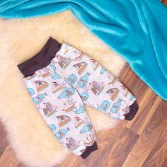 Babauba WidePants sind sehr bequeme Pumphosen für aktive Babys und Kleinkinder, denn sie sind weit geschnitten und sie haben keine äußere Seitennaht. Das hohe Bündchen oben schützt den empfindlichen unteren Rücken deines Kindes. Hier ist auch ein Gummiband eingearbeitet, den man je nach Bedarf enger stellen kann – somit kannst du die Hose optimal an dein Kind anpassen. Wide Pants, Bermuda Shorts, Babys, Unique, Design, Fashion, Long Pants, Toddlers, Projects