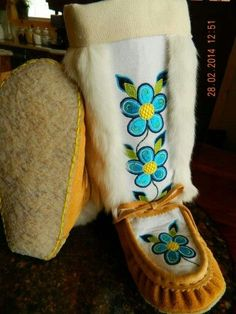 Native Beading Patterns, Native Beadwork, Native American Beadwork, Native American Fashion, American Art, Sewing Leather, Leather Pattern, Baby Slippers, Crochet Slippers