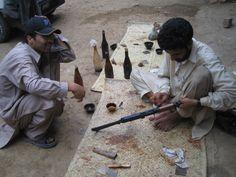 In der Waffenfabrik eines pakistanischen Warlords Hanging Out, Pakistan, Arms, Politics, Viajes, Arm, Political Books