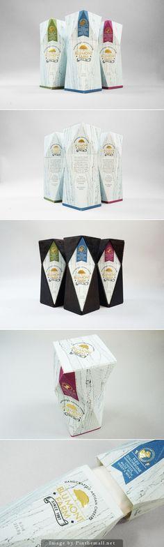 Kaasverpakking. Meer over kaas? http://www.milkstory.nl/artikel/broodje-aap-glaasje-melk-schimmel-kun-je-gewoon-van-de-kaas-snijden #Cheese #package