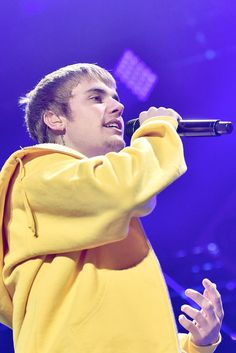"""Stop What You're Doing and Listen to Justin Bieber Singing """"Despacito"""" in Spanish"""