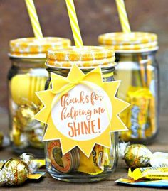 Jar of Sunshine {Teacher Gift Teacher Jar of Sunshine Gift – A jar full of all things yellow with free printable gift tags perfect for your favorite teacher. Employee Appreciation Gifts, Teacher Appreciation Week, Employee Gifts, Apreciação Do Professor, Christmas Presents For Teachers, Teacher Presents, Gifts For New Teachers, Gifts For Children, Teacher Thank You Gifts