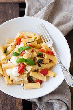 One Pot Pasta mit Tomaten und Mozzarella. Dieses 15-Minuten Rezept erfordert nur einen Topf und eine Handvoll frische Zutaten. Unbedingt probieren - kochkarussell.com
