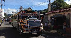 Chicken Bus in Panajachel am Atitlán See