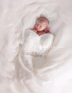 Newborn Fotoshooting Ideen - baby girl in moms wedding dress. - Baby World Baby In Wedding Dress, Wedding Dress Pictures, Wedding Dresses For Girls, Wedding Photos, Baby Dress, Dress Girl, Wedding Week, Wedding Ideas, Foto Newborn