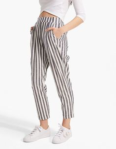 Update your wardrobe with the new SS 2018 trousers for women at Stradivarius. Side stripe, flared, jogger or high waisted trousers for a look that speaks to you. Women's Summer Fashion, Fashion 2020, Asian Fashion, Linen Trousers, Spring Looks, Casual Looks, Ideias Fashion, Cute Outfits, Fashion Outfits