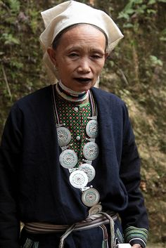 Vietnam | Dao Tien (Dao with coins, Dao sapèque) tribal woman (village of Sepan). | © Walter Callens