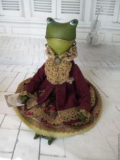 Купить или заказать Текстильная лягушка Фрида в интернет-магазине на Ярмарке Мастеров. Фрида - мечтательная особа, которая читает любовные романы и ждет своего прЫнца. Одета лягушка в стиле Бохо, который пришелся ей по душе и нраву. Множество кружева и оборок, а также изумительное жабо подчеркивают ее невероятно красивый образ.