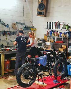 At the Coastal Empire Moto garage shop. Best motorcycle shop An der Küste Reich Moto garage shop. Motorcycle Workshop, Motorcycle Mechanic, Motorcycle Garage, Dirt Bike Room, Dirt Bikes, Bike Couple, Woman Mechanic, Garage Shop, Garage Workshop