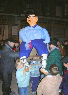 A figure of Olentzero being carried through the streets of Barakaldo