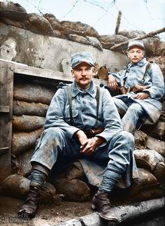 Fin juillet 1916, Somme. Des combattants du 23e RI dans une tranchée. En dépit des barbelés et des sacs de sable, l'absence de casque et d'armes à proximité immédiate indique qu'on n'est sans doute pas en premières lignes.