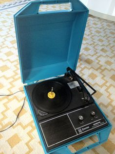 A vintage suitcase record player is perfect for hanging out and picnicking somewhere (like the Riverside Park in NYC) with your friends spinning records, drinking mixed drinks and thirsty beers with your friends while waiting for fireworks with a nod to the past.