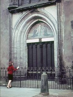 Ojciec Stanisław Dobecki OP // Kobieta przed kościołem.
