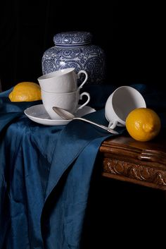 Blue, White and Two Lemons by Rachel Slepek (flickr)