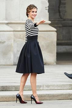Queen Letizia of Spain attend a reception for the closure of 'Eixo Atlantico do Noroeste Peninsular' General Assembly at A Coruna City Hall on February 2015 in A Coruna, Spain Mode Outfits, Office Outfits, Fashion Outfits, Womens Fashion, Business Dresses, Business Outfits, Style Royal, My Style, Classy Outfits