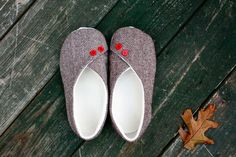 Zaaberry: Kimono Slippers - link to purchase PDF pattern Cute Slippers, Kids Slippers, Sew Your Own Clothes, Sewing Clothes, Sewing Tutorials, Sewing Patterns, Sewing Projects, Diy Projects, Espadrilles