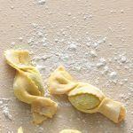I ravioli possono avere tante forme, classiche o estrose. Prova questa versione giocosa a caramella seguendo la ricetta di Sale&Pepe.