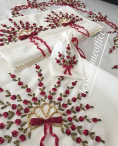 Ribbon Embroidery Flowers by Hand - Embroidery Patterns Ribbon Embroidery Tutorial, Hand Embroidery Stitches, Silk Ribbon Embroidery, Hand Embroidery Designs, Embroidery Kits, Ribbon Art, Ribbon Crafts, Diy Crafts Images, Band Kunst