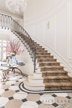 Open house Rachel Parcell, o hall de entrada House Design, Fall Home Decor, House, Autumn Home, Staircase Design, Curved Staircase, New Homes, Staircase, Interior Design