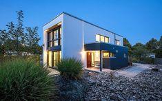 Musterhaus BOX Das kubistisch geprägte 2-geschossige Flachdach-Gebäude verbindet moderne Architektur mit optimaler Energieeffizienz und ökologischem Anspruch. Als Effizienzhaus 55 (optional) wird es ausschließlich mit regenerativen Energien beheizt und verfügt über eine kontrollierte Be- und Entlüftung mit Wärmerückgewinnung. Bei Hinzunahme einer Photovoltaikanlage (optional) erfüllt es den Plus-Energie-Haus Standard. Modernste Somfy iO-Technologie (optional) erlaubt die Steuerung… Style At Home, Mansions, House Styles, Houses, Home Decor, Narrow Rooms, Townhouse, Build House, Homes