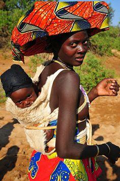 Os ovakuvale são um subgrupo da etnia Herero, do qual compreendem, em Angola, os ovakuvale (mucubais ou kuvales), os ovahimba (himbas) e os ovadimba (dimbas). O seu idioma é o tchiherero, que é falado por todos eles com algumas variações. São povos semionómadas, agropastoris, mas esencialmente pastores, a agricultura é pouco praticada e, em alguns casos, muito precária.  Na minha opinião, as mulheres ovakuvale, são de uma beleza arrebatadora . Photo Luca Gargano