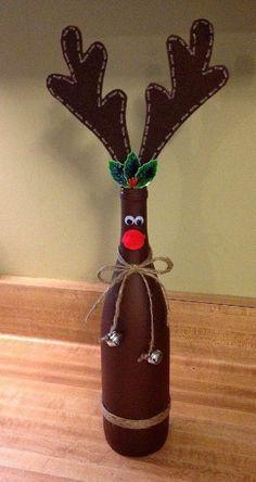 Rodolfo el reno hecho con botella de vidrio. Otro de los personajes conocidos de la temporada de Navidad es el reno Rodolfo, uno de los renos que dirige el